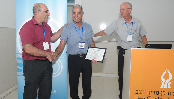 Mario receiving the prize from Professor Shachar Richter, president of the Israeli Vacuum Society (IVS), and Mr. Kobi List, CEO of Edwards Israel, the company that funded the prize.