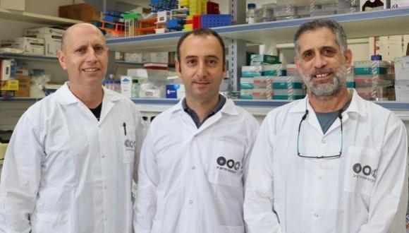 Dr. Dan Yamin and PhD student Matan Yehezkeli of the university's infectious disease lab
